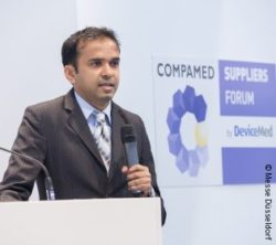 Image: Speaker at the stage of COMPAMED SUPPLIERS FORUM