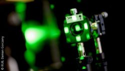 Photo: Close-up of a device that produces a green laser; Copyright: RUB/Damian Gorczany