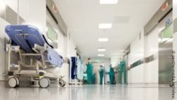 Image: Hospital corridor in an operating room, people are recognizable; Copyright: panthermedia.net/vilevi