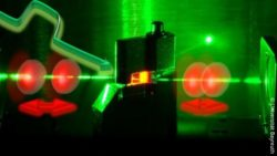 Image: Laser in green and red ; Copyright: Universität Bayreuth