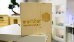 Image: Wood cube with branded logo: feasible - innovation lab (in german); Copyright: OTH Amberg-Weiden