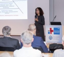 Image: Woman is holding a lecture in a filled room at MEDICA EDUCATION CONFERENCE