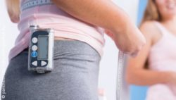 Image: Insulin pump hanging at a woman's hip; Copyright: panthermedia.net/photographee.eu