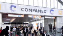 COMPAMED entrance with crowd; Copyright: Messe Düsseldorf