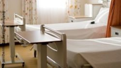 Image: A hospital room with two beds and tables; Copyright: panthermedia.net/michaeljung