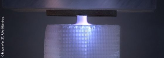 Image: Polymer scaffold, which is treated from above with a plasma jet; Copyright: Fraunhofer IST, Falko Oldenburg