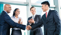 Foto: 4 business people talking, handshake; Copyright: Shutterstock