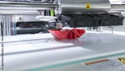 Picture: red print part in 3D printer; Copyright: panthermedia.net/rombostudio